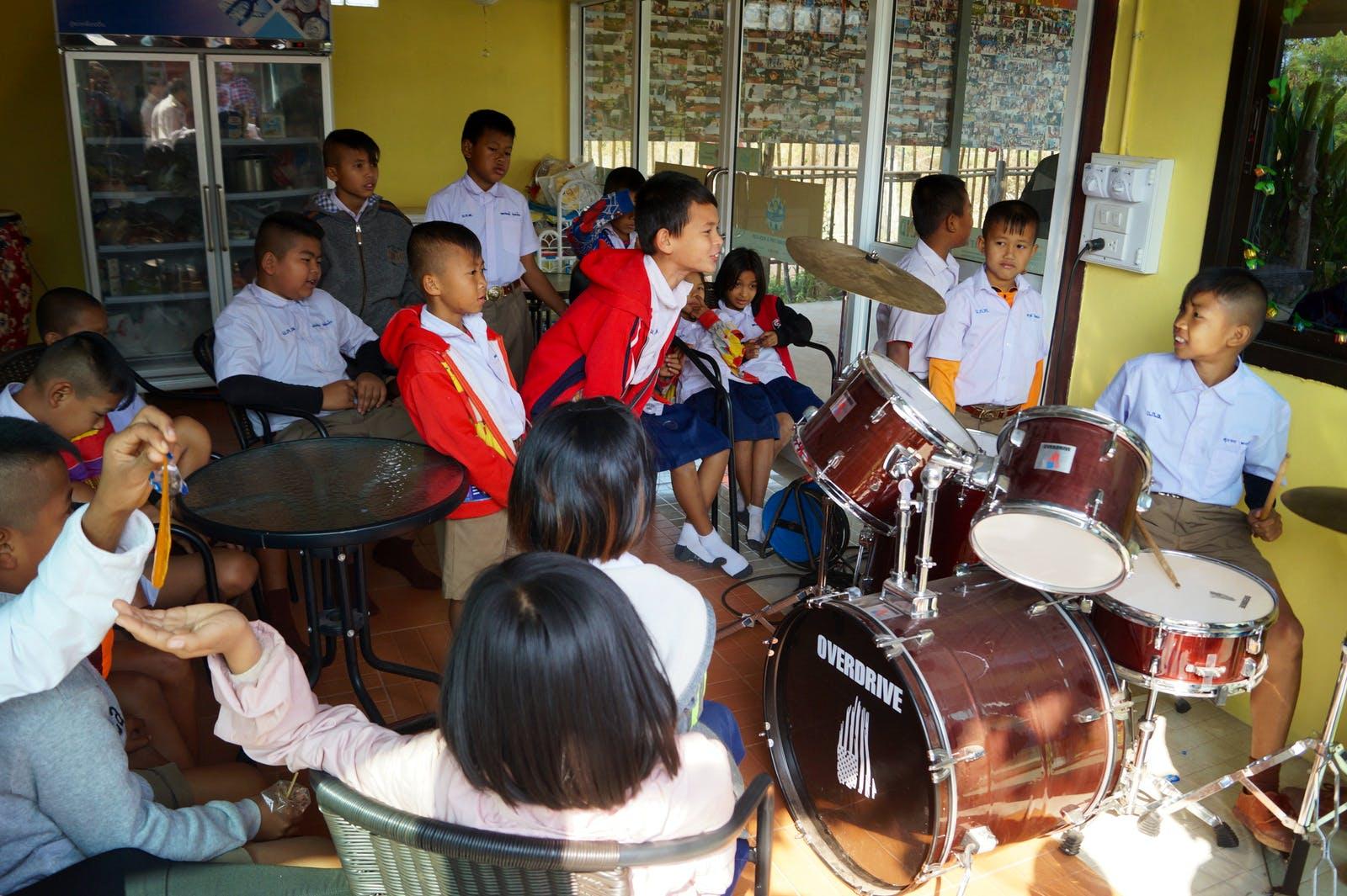 Teach children music at temple schools